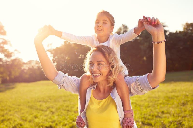 Mamma en vrouwelijk kind op haar schouders royalty-vrije stock foto's