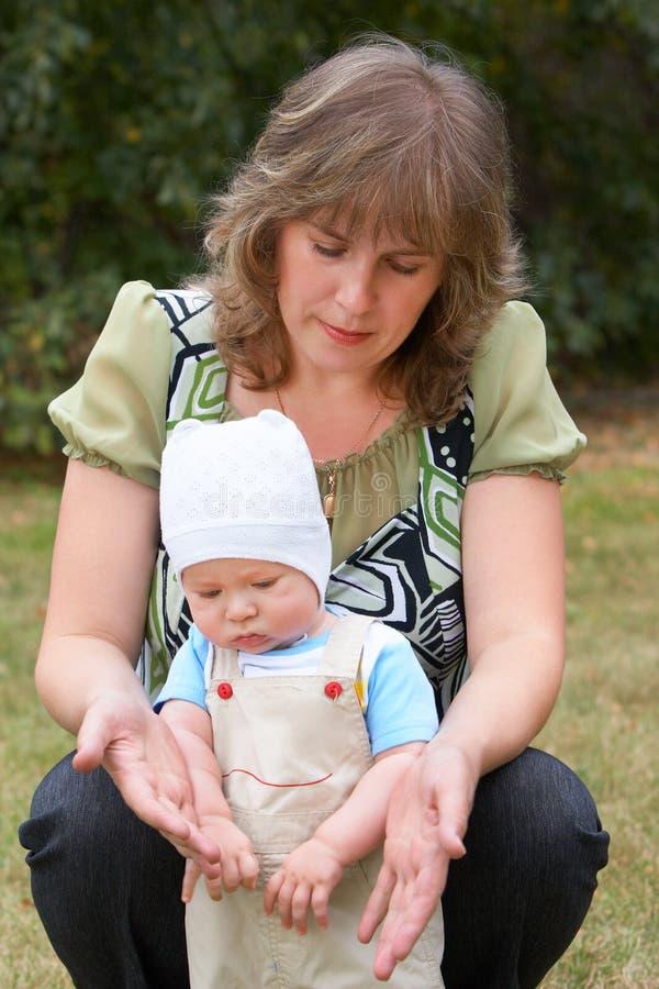 Mamma en zoon stock afbeeldingen