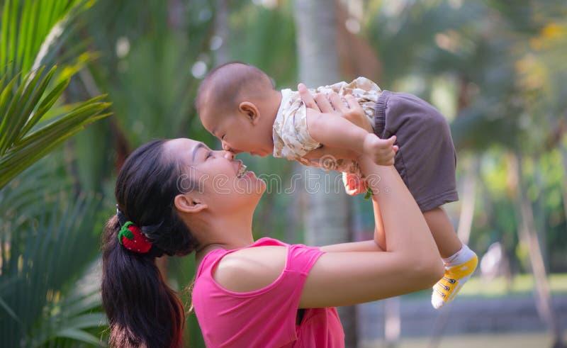 Mamma en zoon stock afbeelding