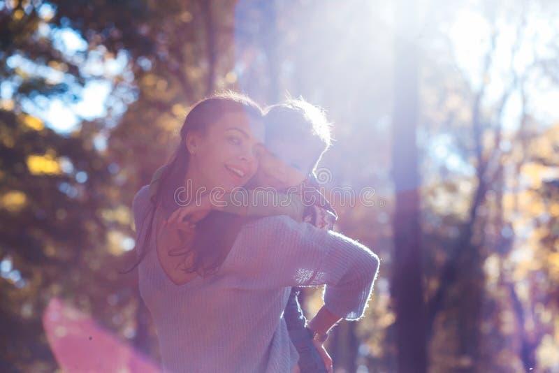 Mamma en zoon die pret in het park in de herfst hebben stock foto's