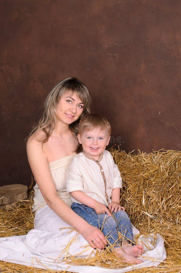 Mamma en zoon in linnenkleren stock afbeeldingen