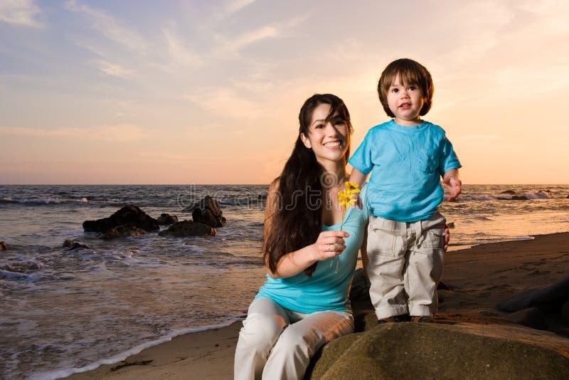 Mamma en zoon op strand 2 stock foto