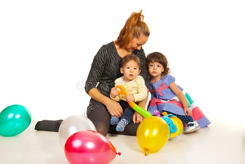 Mamma felice con due bambini fotografie stock