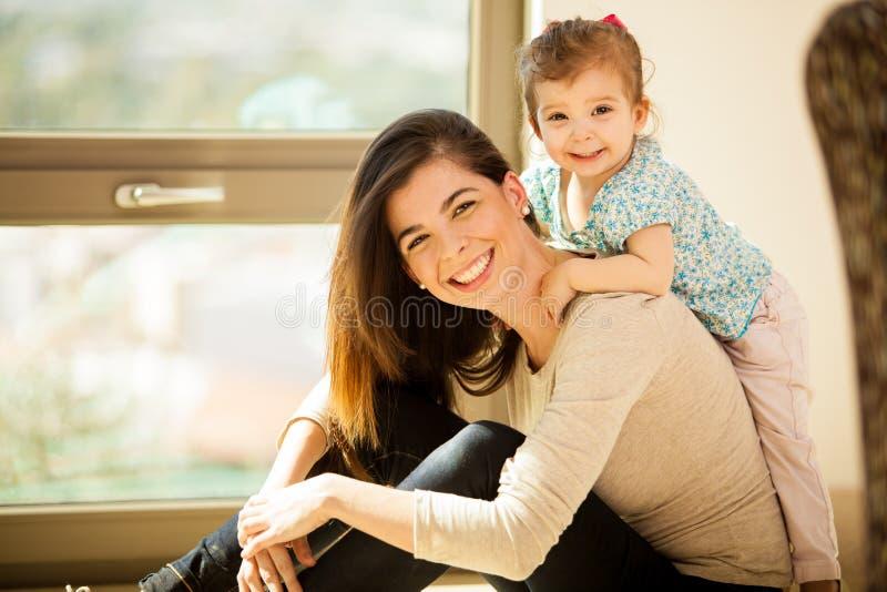 Mamma felice e la sua neonata immagini stock
