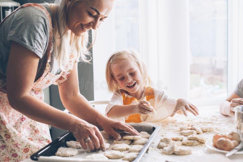 Mamma het koken met dochter op de keuken royalty-vrije stock foto