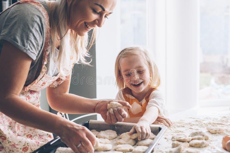 Mamma het koken met dochter op de keuken royalty-vrije stock fotografie