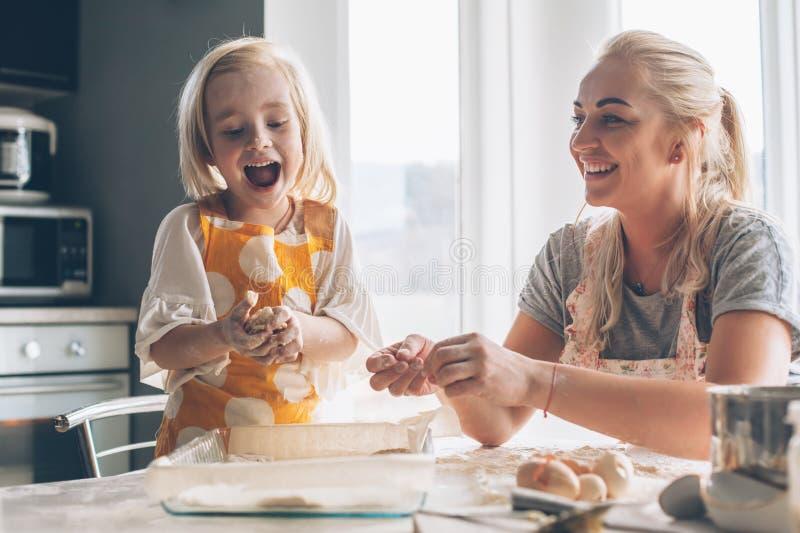 Mamma het koken met dochter op de keuken royalty-vrije stock afbeeldingen