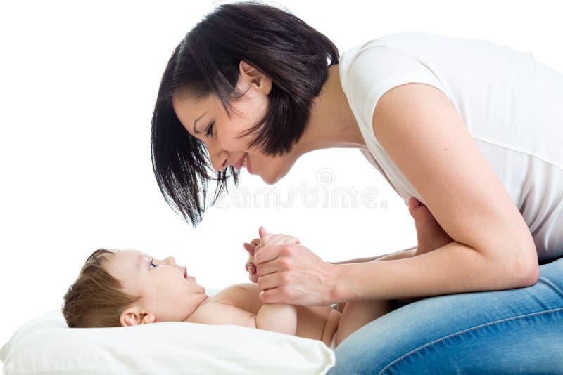Mamma het spelen met haar babyjongen stock foto