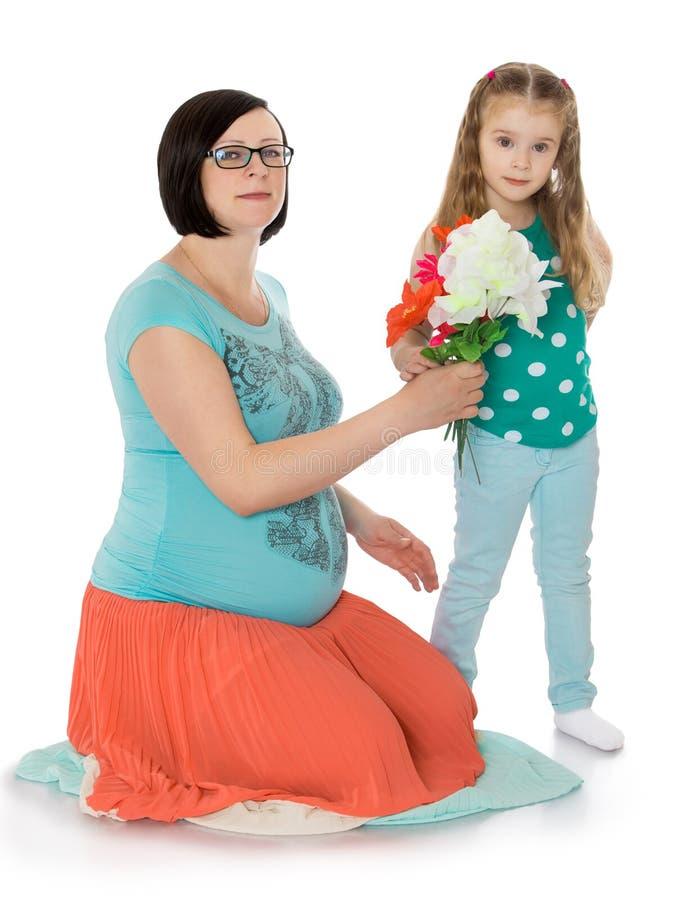 Mamma incinta con sua figlia fotografia stock libera da diritti