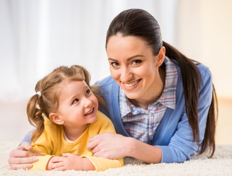Mamma med den lilla dottern arkivbilder