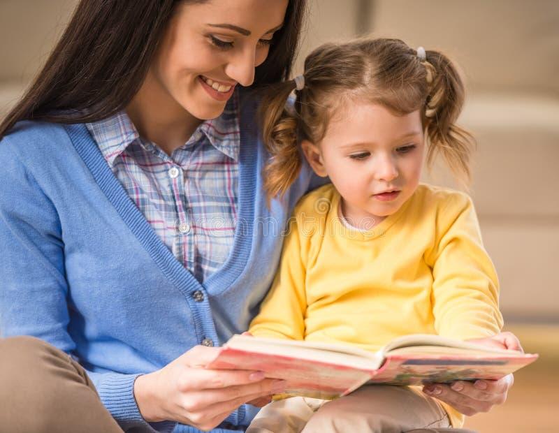 Mamma med den lilla dottern fotografering för bildbyråer