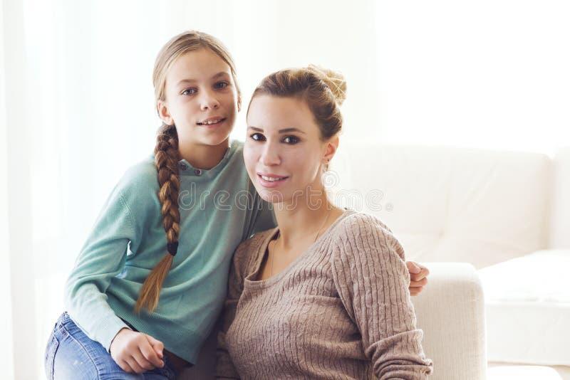 Mamma med den pre tonåriga dottern royaltyfria foton