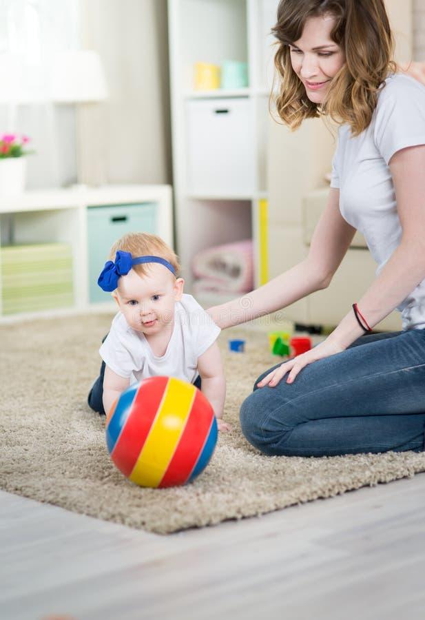 Mamma med en behandla som ett barn elva gamla månader royaltyfri fotografi