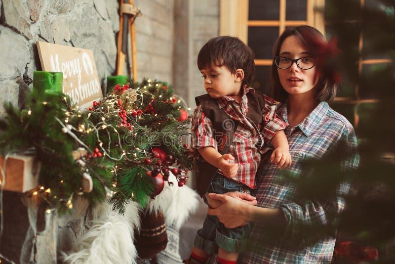 Mamma med sonen i jultid arkivfoto