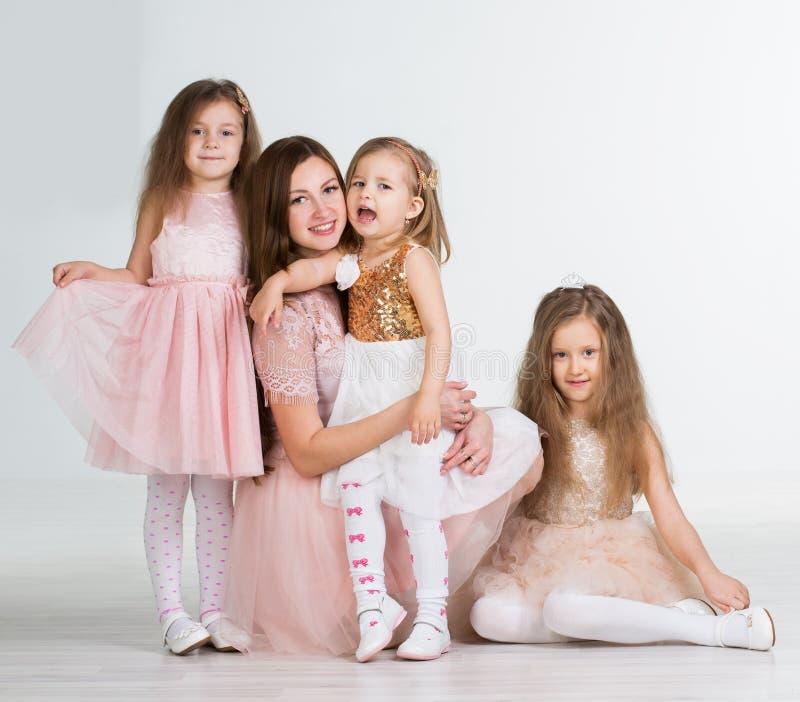 Mamma med tre ungeflickor royaltyfria bilder