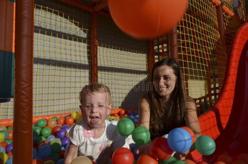 Download Mamma met babyspel stock afbeelding. Afbeelding bestaande uit glimlach - 114226009
