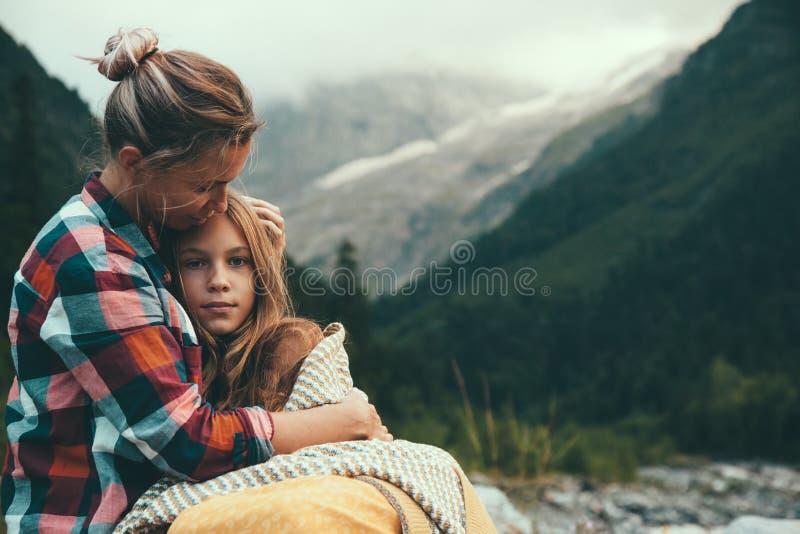 Mamma met dochter in deken wordt verpakt die royalty-vrije stock afbeeldingen
