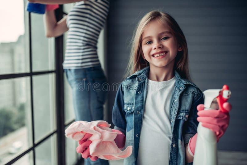 Mamma met dochter die het schoonmaken doen royalty-vrije stock afbeeldingen