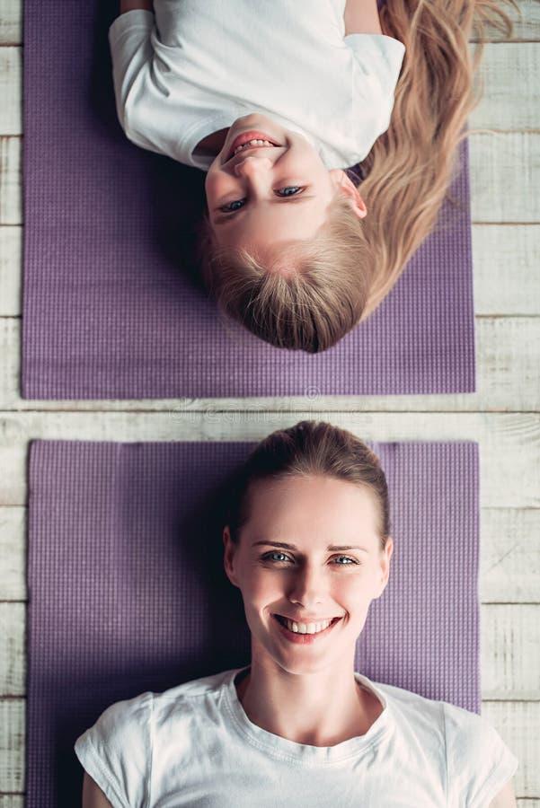 Mamma met dochter thuis het uitwerken royalty-vrije stock foto's