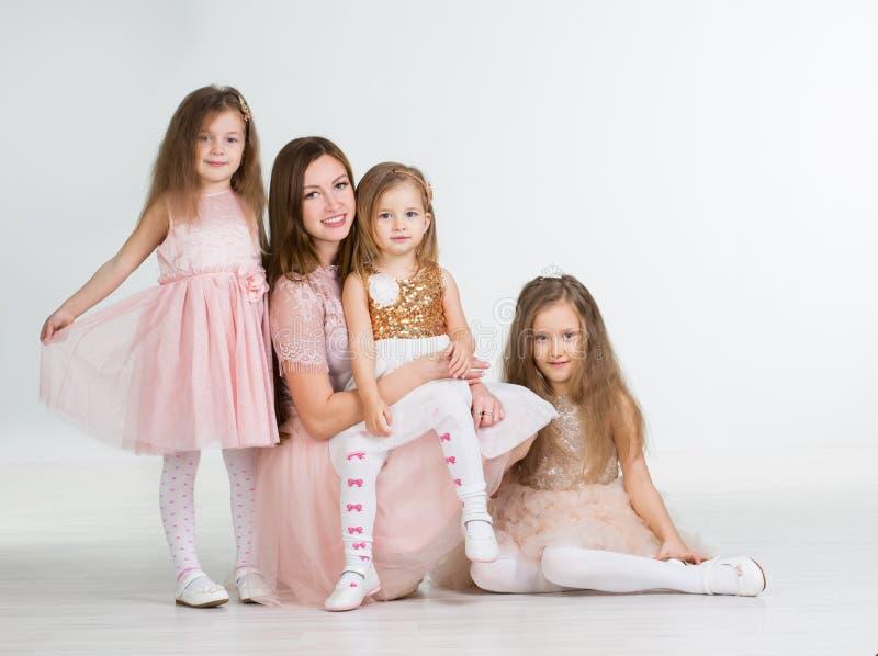 Mamma met drie jonge geitjesmeisjes stock foto's