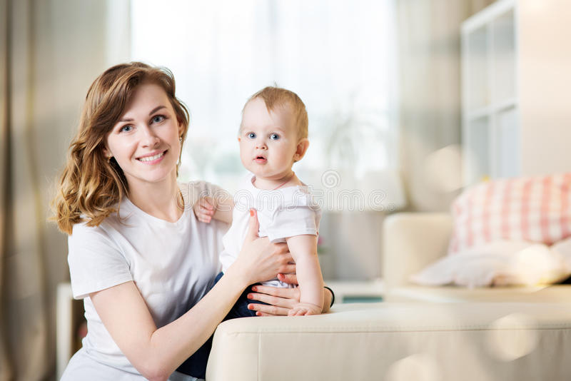 Mamma met een baby elf maanden oud stock afbeeldingen