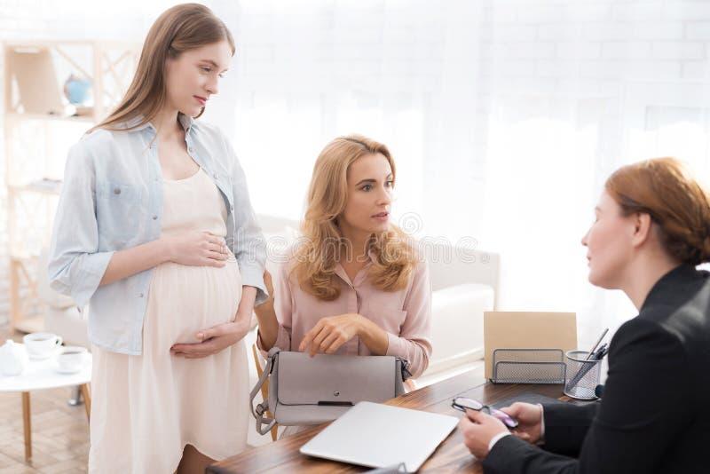 Mamma met een zwangere tiener bij een psycholoog` s ontvangst royalty-vrije stock foto's