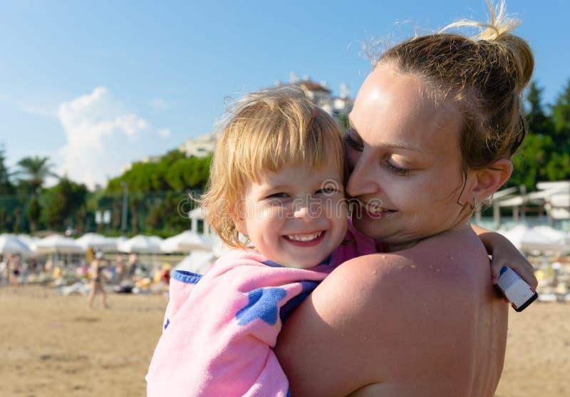 Mamma met haar dochter op het strand royalty-vrije stock fotografie