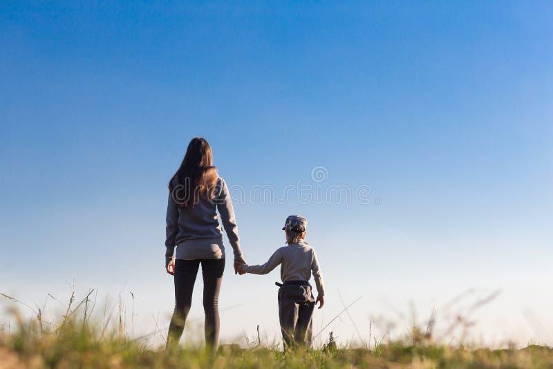 Mamma met haar kind op achtergrond royalty-vrije stock afbeelding