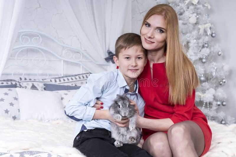 Mamma met zoon en konijn stock foto