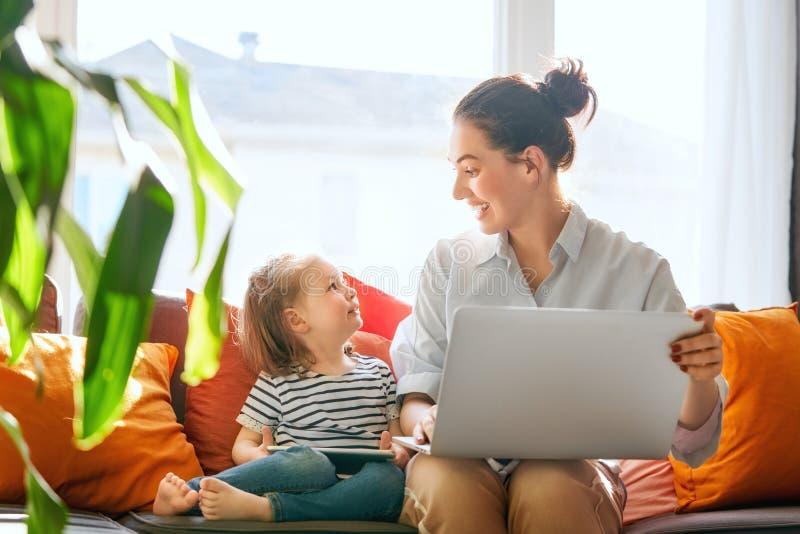 Mamma och barn med bärbara datorn arkivfoton