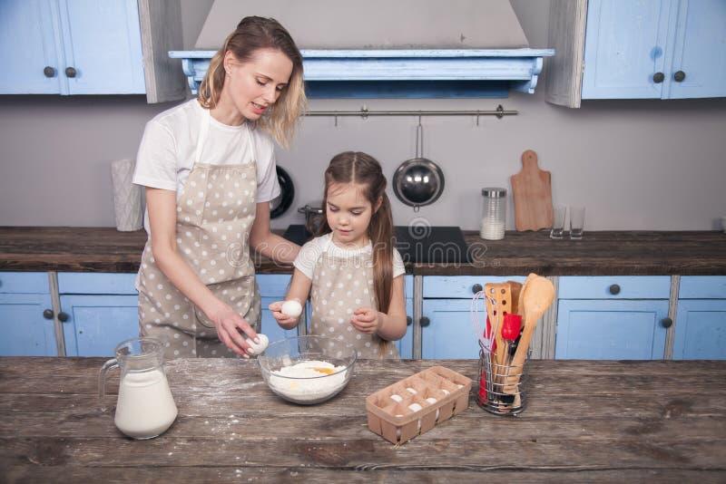 Mamma- och barndottern i k fotografering för bildbyråer