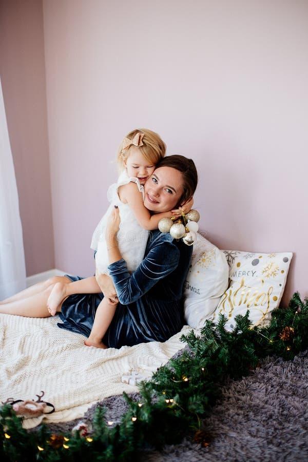 Mamma och dotter i ferierna för nytt år fotografering för bildbyråer