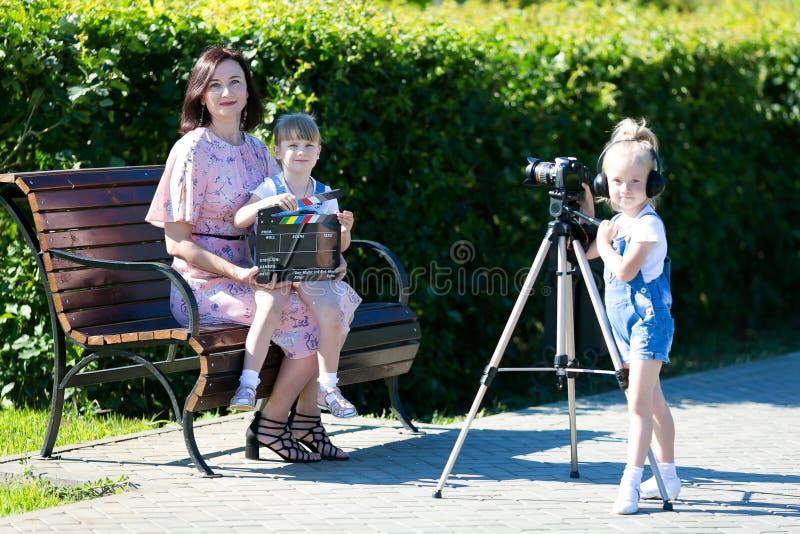 Mamma och dotter i filmandet av videoen royaltyfria bilder