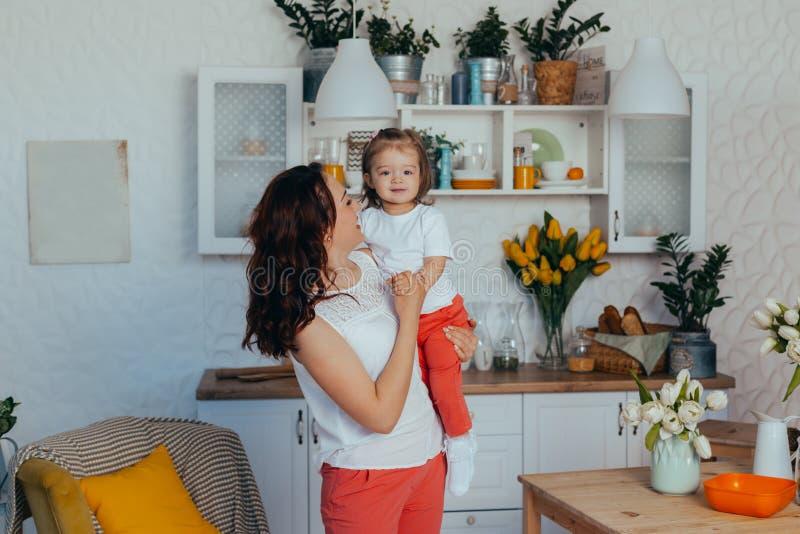 Mamma och dotter i k?ket royaltyfri foto