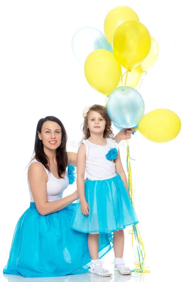 Mamma och dotter med färgrika ballonger arkivbilder