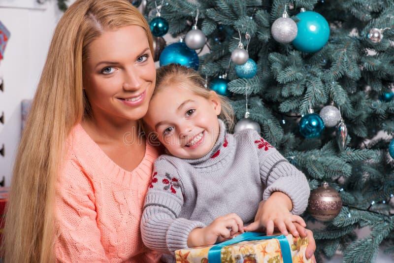 Mamma och dotter som förbereder sig för jul arkivbild