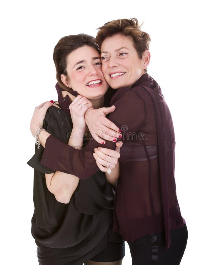 Mamma- och dotterförälskelseomfamning arkivfoton