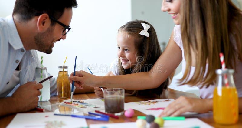 Mamma- och farsateckning med deras dotter royaltyfria bilder