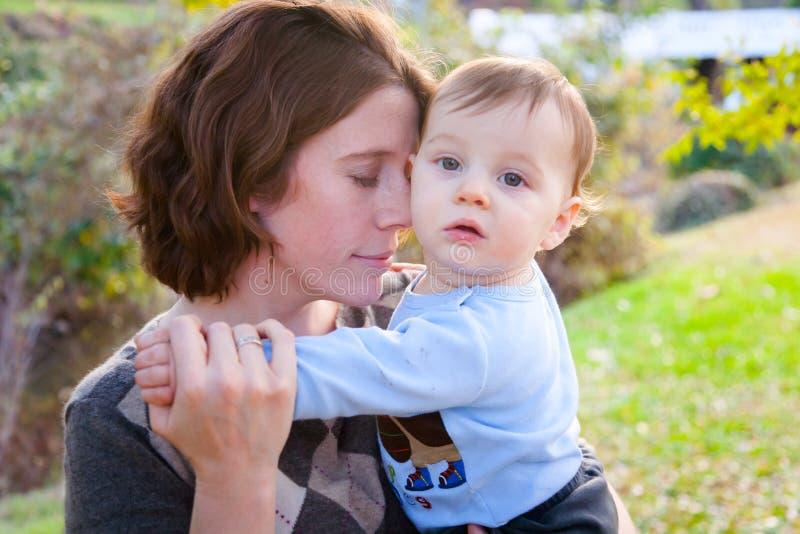 Mamma och hennes pojke royaltyfri bild