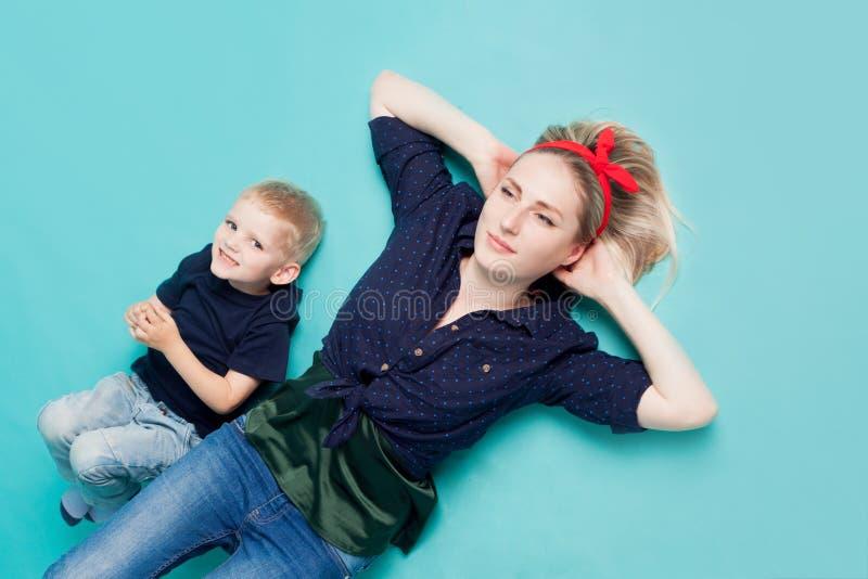 Mamma och söner, stående på blå bakgrund arkivbilder