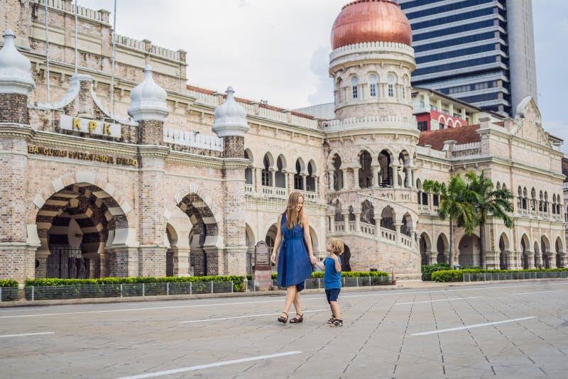 Mamma och son på bakgrund av Sultan Abdul Samad Building i Kual arkivbild