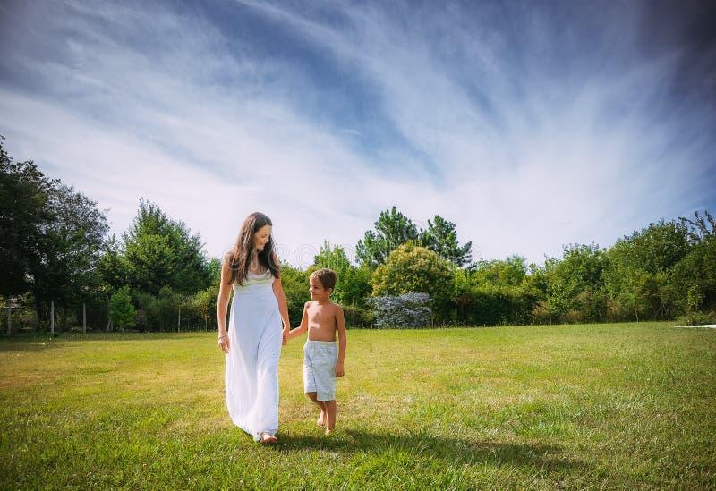 Mamma och son på naturen arkivfoto