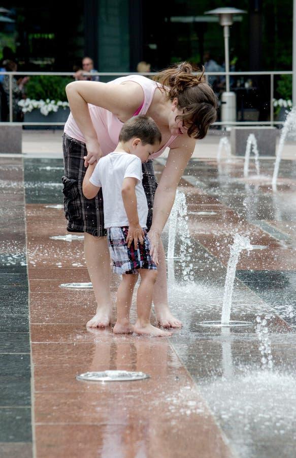 Mamma och son som spelar i vatten på den fackliga stationen arkivfoto