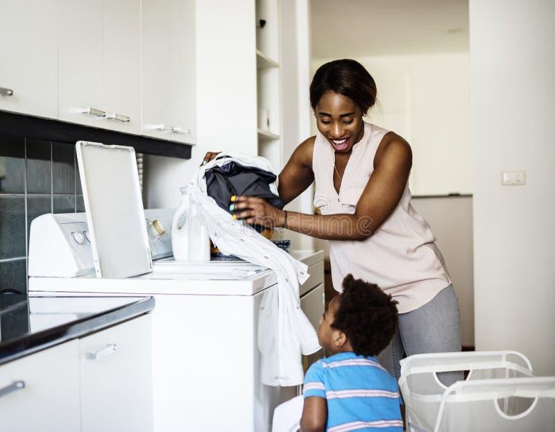 Mamma som gör tvätteribegreppet arkivbilder