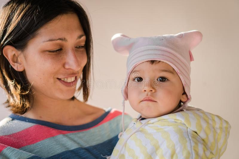 Mamma som rymmer det lyckliga småbarnet royaltyfri foto