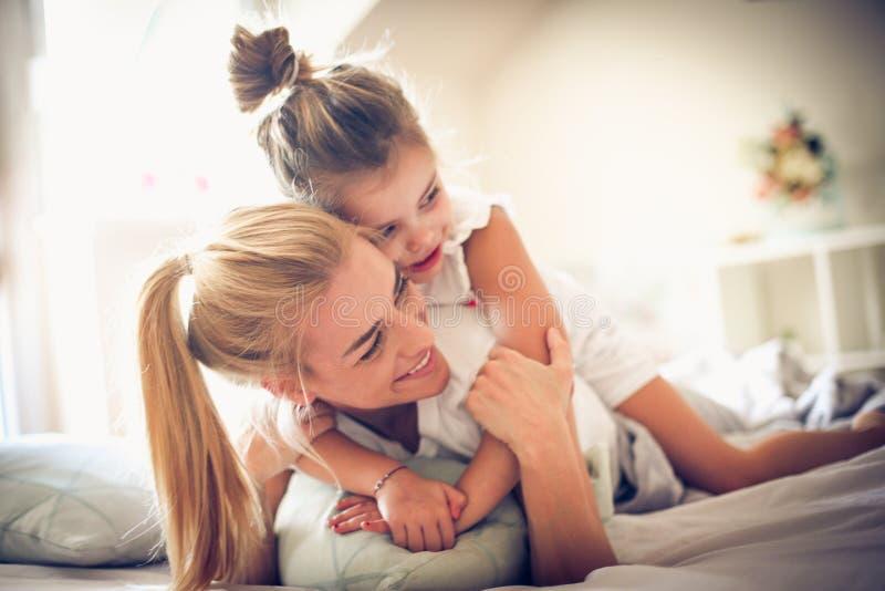 Mamma som spelar med mig varje morgon royaltyfri foto
