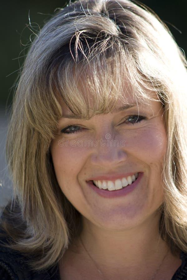Mamma sorridente di calcio fotografia stock libera da diritti