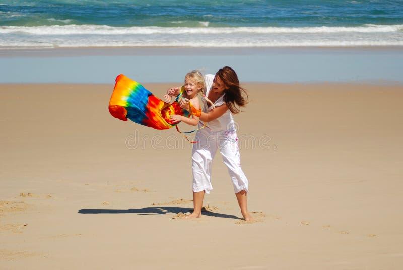 Mamma, Tochter, Strandspaß stockbild