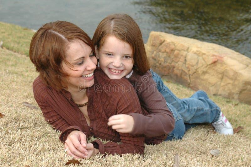 Mamma-Umarmungen lizenzfreie stockfotografie
