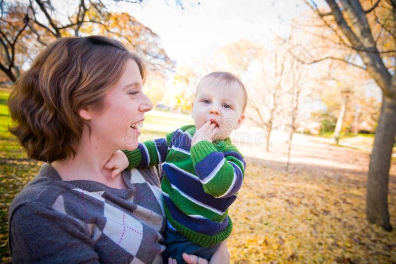 Download Mamma und Schätzchen stockbild. Bild von blau, kind, attraktiv - 27732481